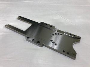 海外での部品調達によりコストダウンを実現したSS400製ガイドプレート